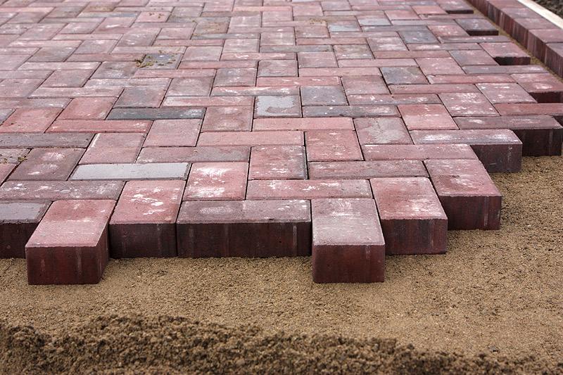Укладка тротуарной плитки на готовое основание